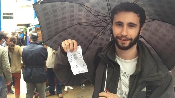der-22-jaehrige-sergi-saranga-zeigt-stolz-seinen-stimmzettel-vor-er-stimmt-bei-dem-nicht-bindenden-referendum-mit-ja-